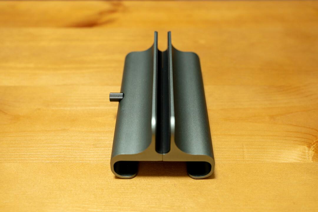Satechiのユニバーサルバーティカルラップトップスタンドのスタンド幅最小