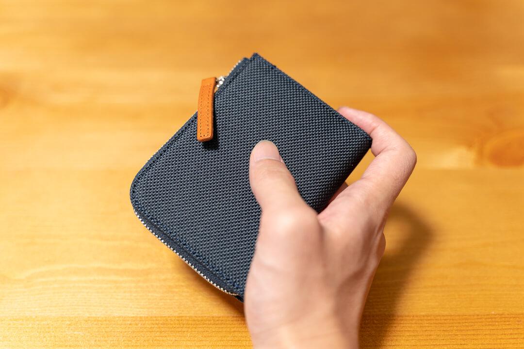 monogoods(モノグッズ) ポケット財布を手に持った様子