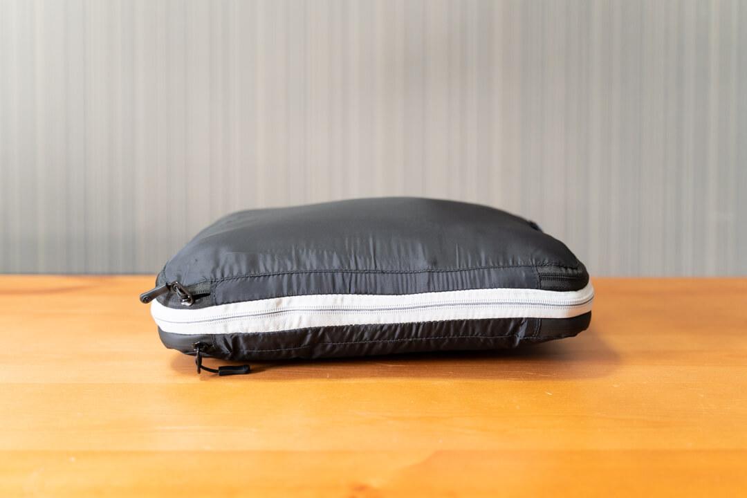 トラベラブ圧縮バッグに荷物を収納している様子