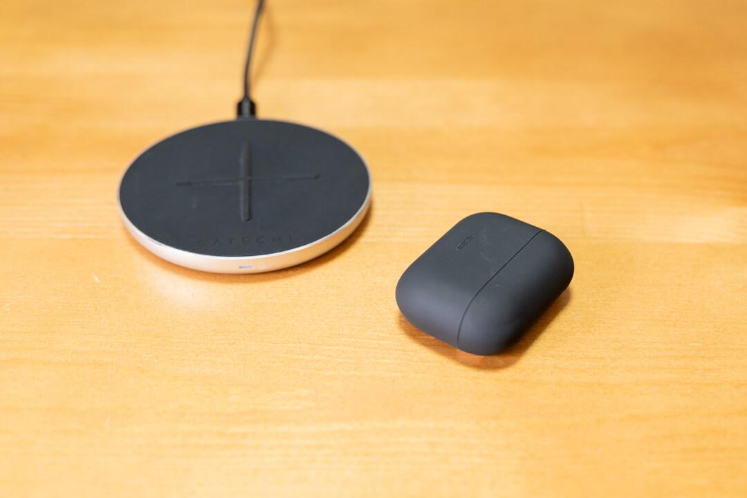 ESR製 AirPods Pro(エアーポッズプロ)保護ケースを装着した状態でワイヤレス充電を行う様子