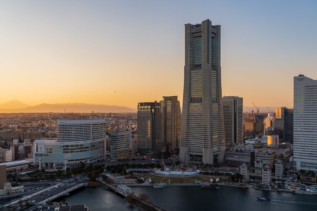 APAホテル横浜ベイタワーの客室からの夕景