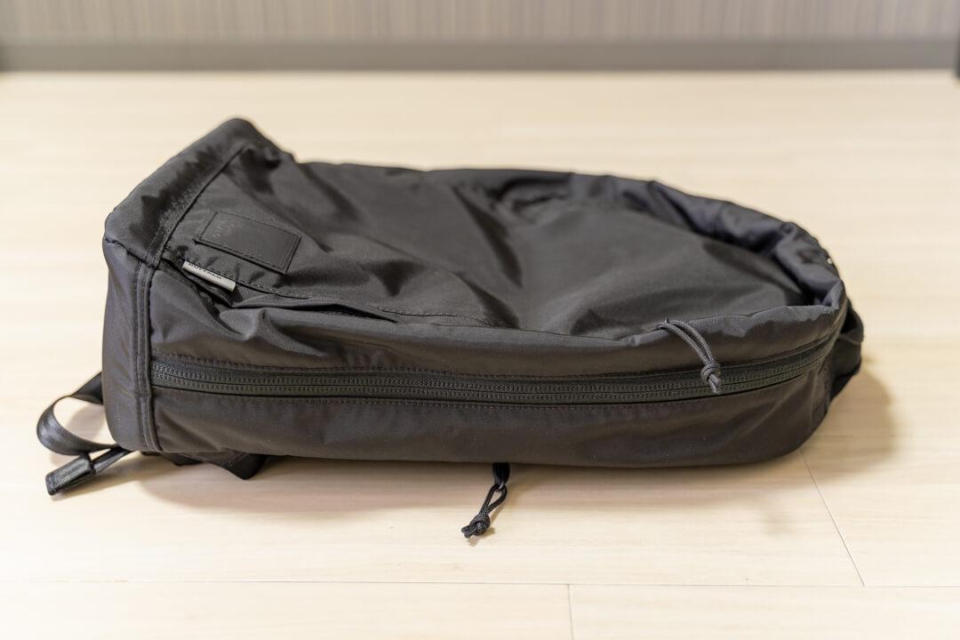 ブラウンバッファロー コンシールバックパックのマチの薄さを撮影した写真