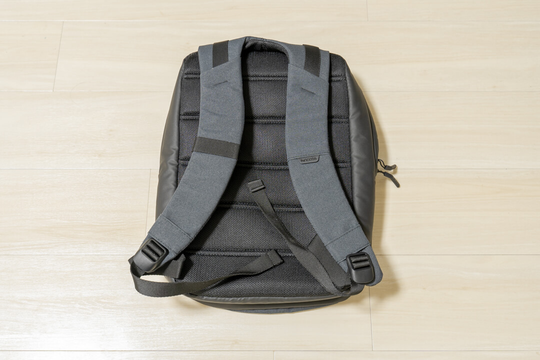 Incase city compact backpackの背面を撮影
