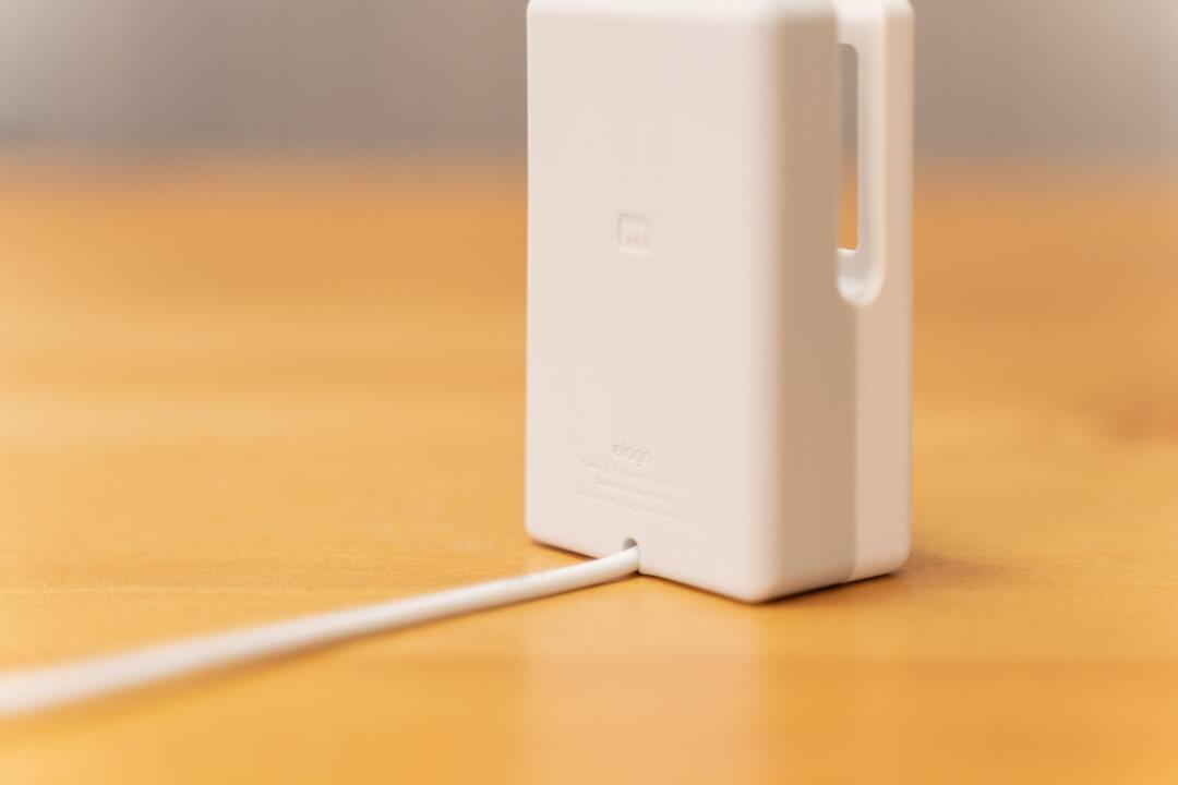 elagoのW6 stand for apple watchのスタンド背面にケーブルを固定する