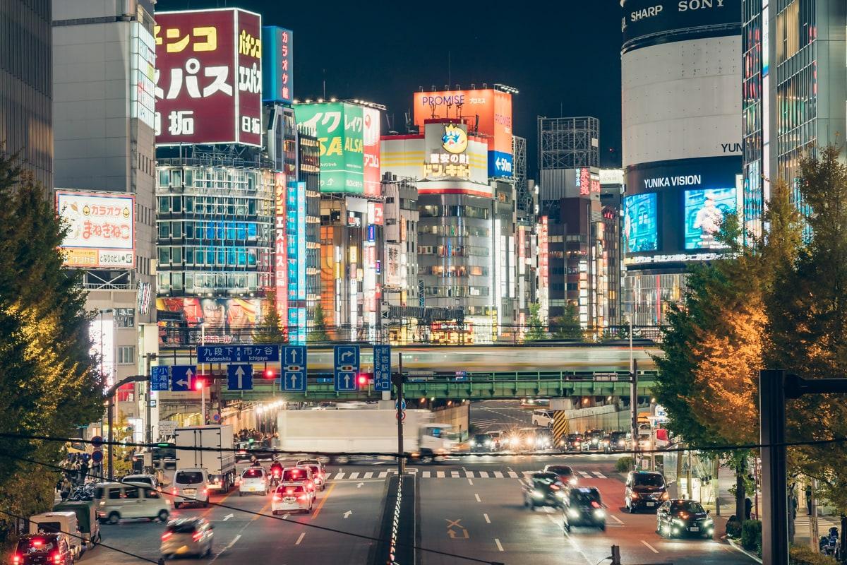 新宿ネオン街の夜景