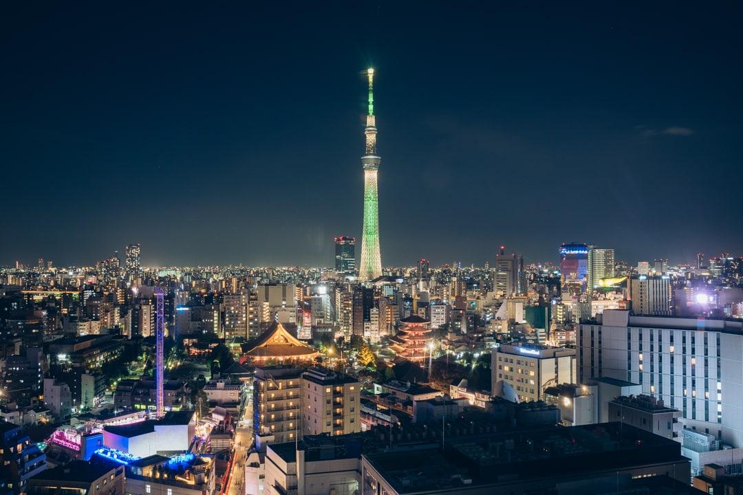 シャンパンゴールドにライティングされた東京スカイツリー