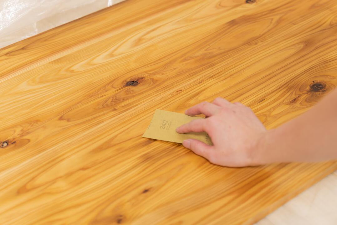 ワトコオイルを塗った天板を拭く様子