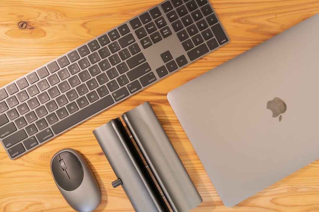 スペースグレーで統一されたMacBookアクセサリー