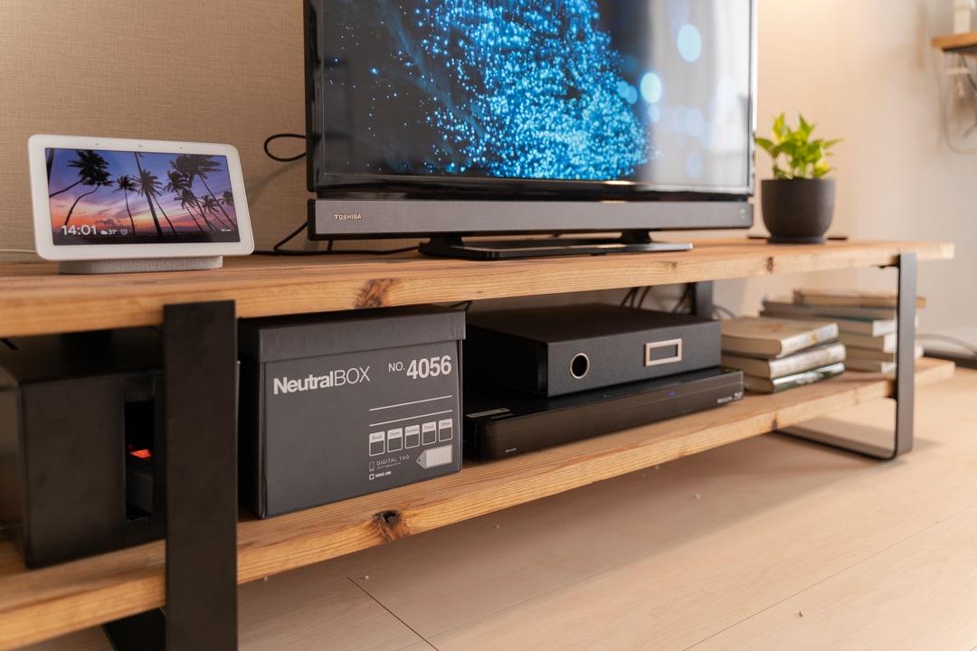 自作したテレビボードに雑貨を収納する様子
