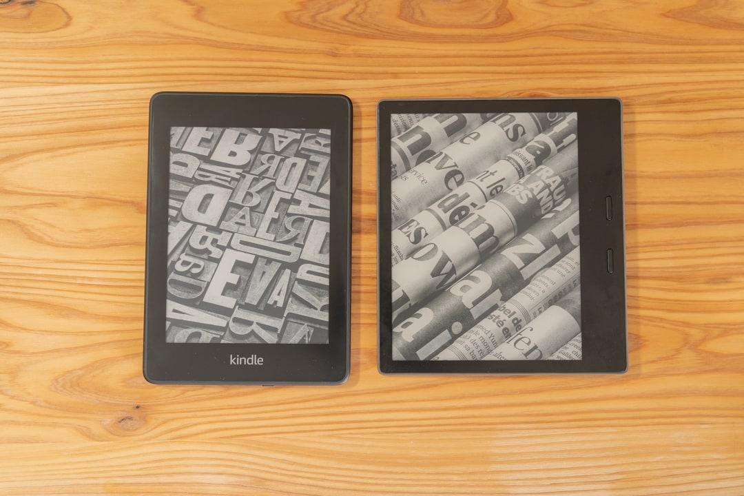 KindleOasisとPaperWhiteの端末の大きさを比較している様子