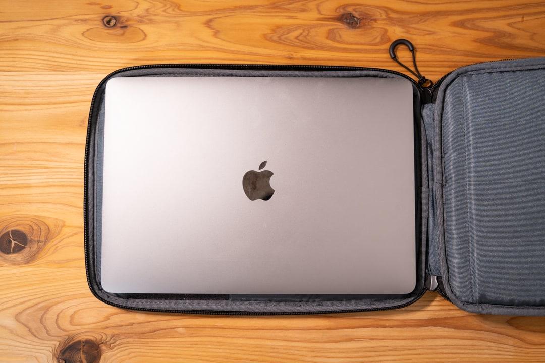 ユウボク東京のPCバック、ピークラッチにMacbookを収納する様子
