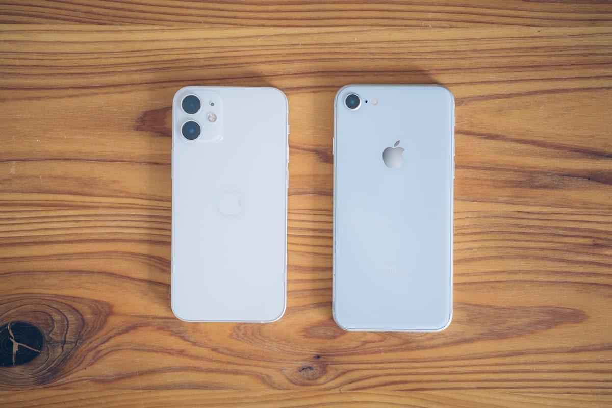 iphone12 mini、iPhone SE(第2世代)の大きさと重さを比較した写真