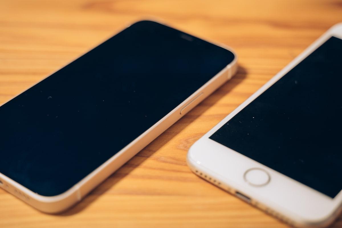 iPhone12 miniとiPhone8を比較した写真
