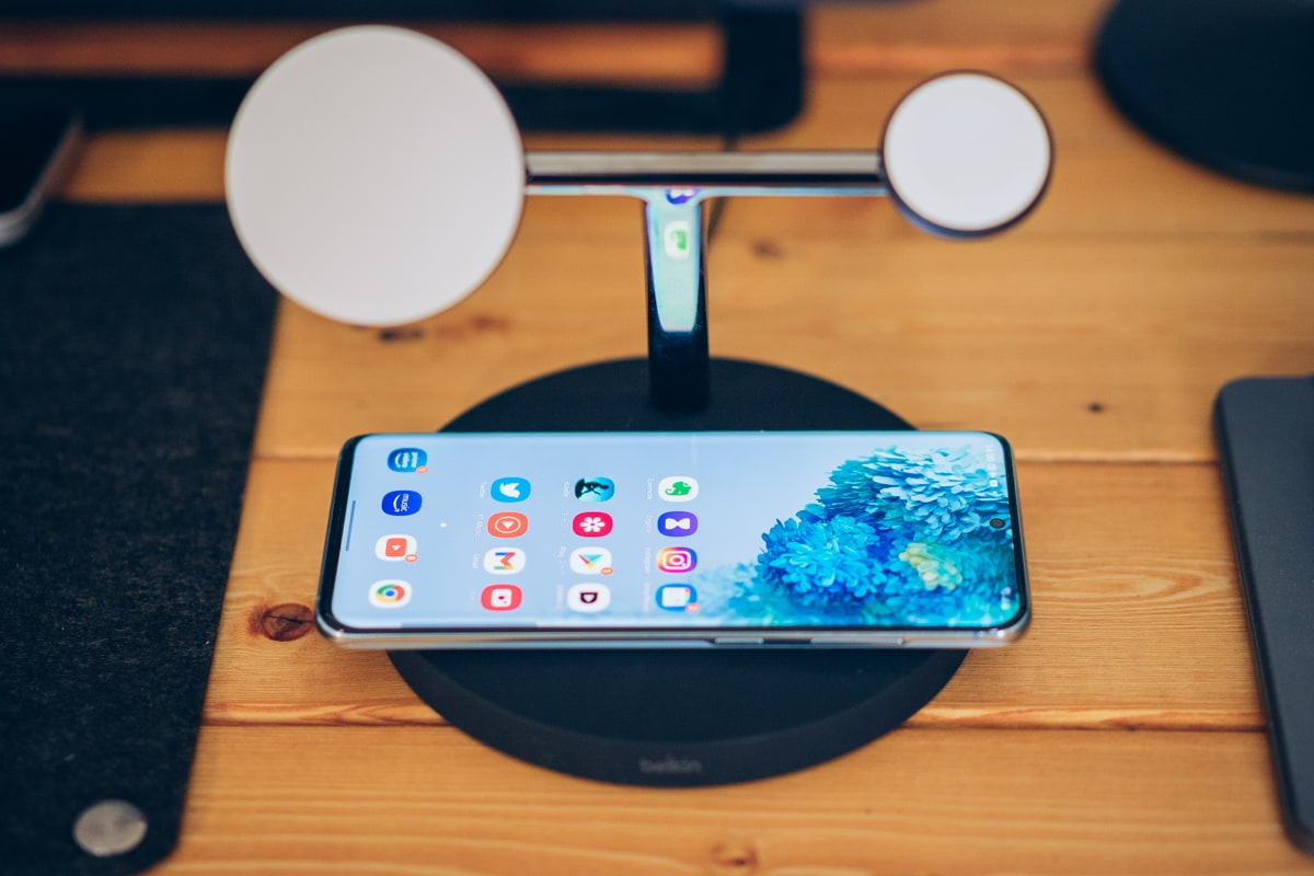Belkin BOOST↑CHARGE PRO 3-in-1 Wireless Charger with MagSafeでAirPodsを充電する様子