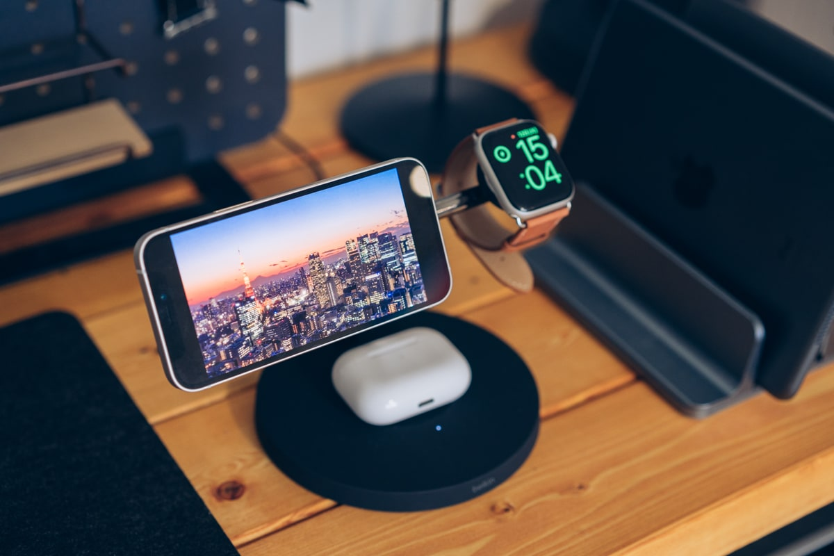 Belkin BOOST↑CHARGE PRO 3-in-1 Wireless Charger with MagSafeでiPhone12miniを充電する様子