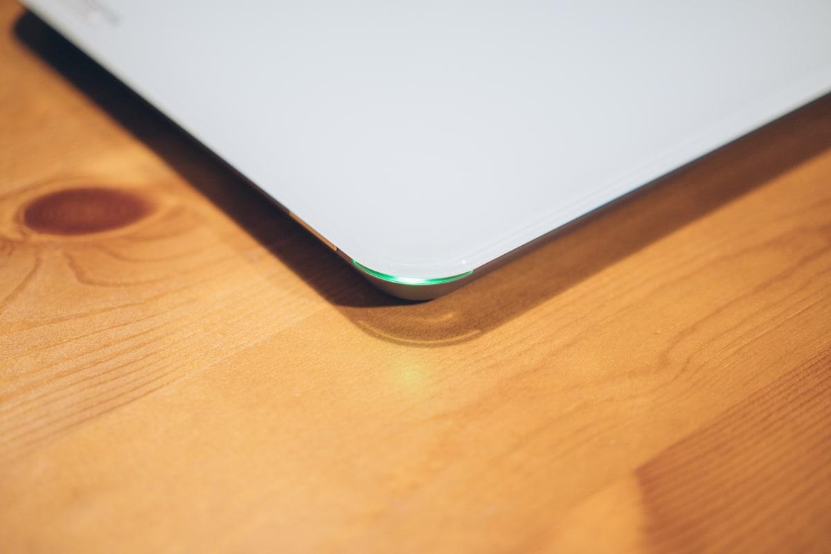 スマートマットのライトが緑色に点灯する様子