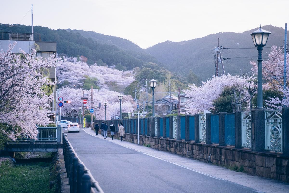 三井寺駅の改札を出た直後の景色