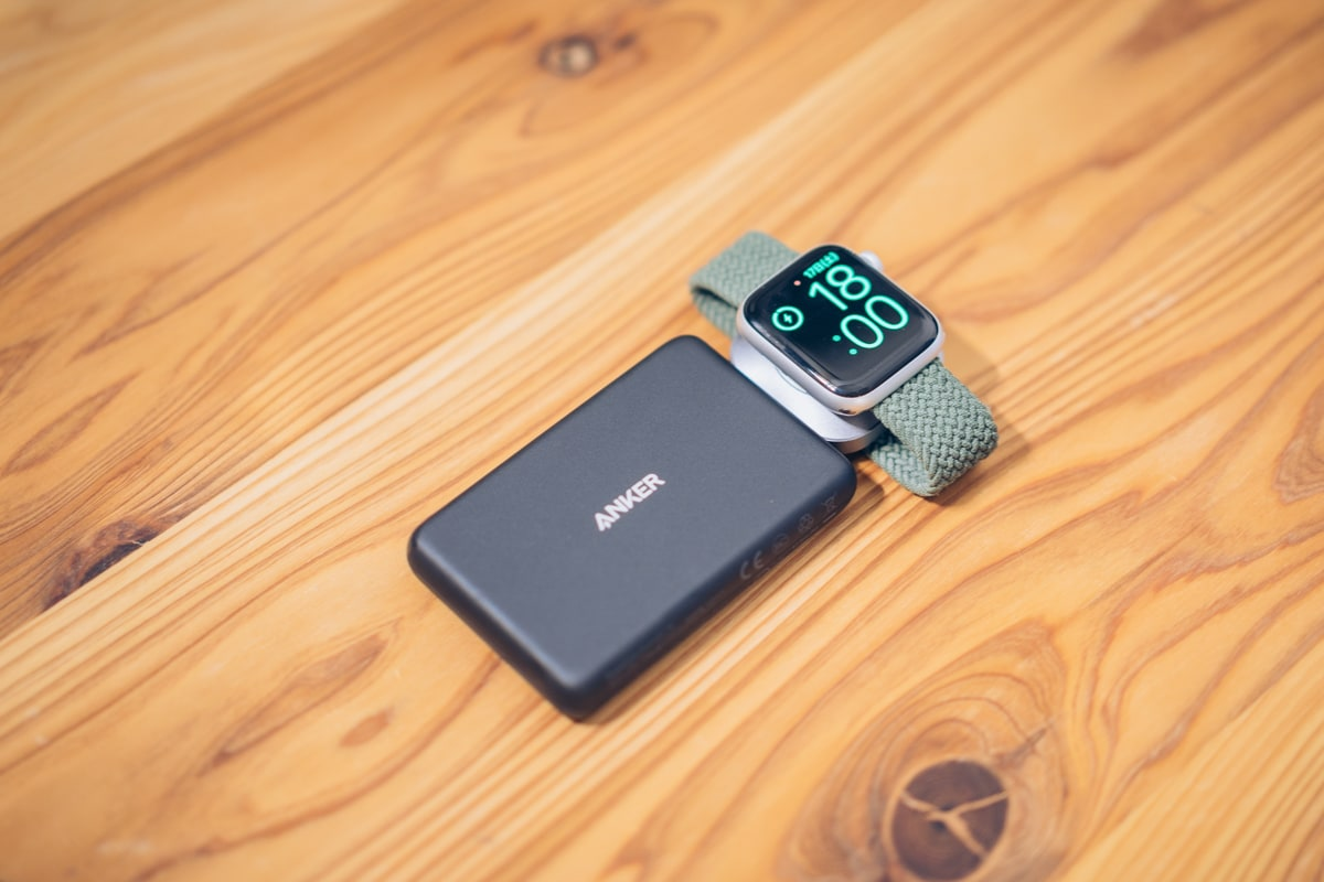 Anker PowerCore Magnetic 5000でApple Watchを充電する様子