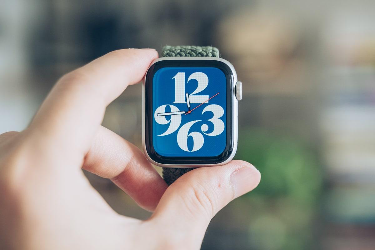 Apple Watch 6を手に持った写真
