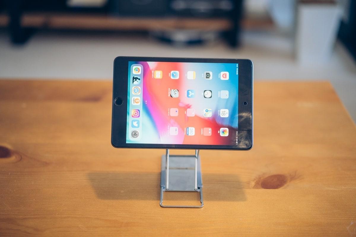 MajextandでiPad miniを横置きする様子