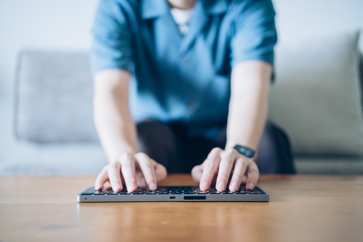 通常のキーボードでタイピングする様子