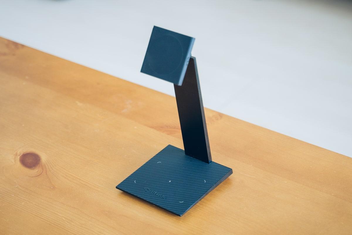 PITAKA MagEZ Case 2の専用スタンドにiPad Proを立てかける様子