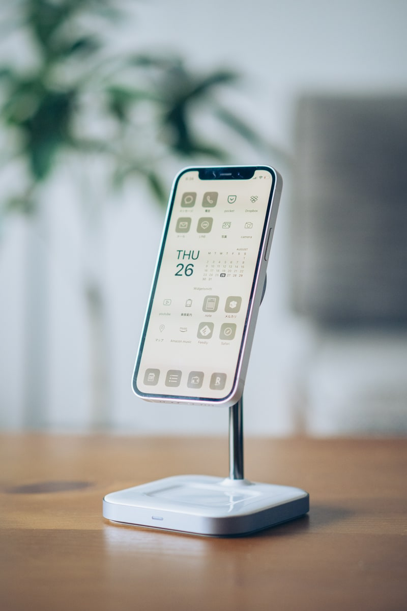 Satechi Magsafe対応2-in-1ワイヤレス充電スタンドでiPhoneを充電する様子