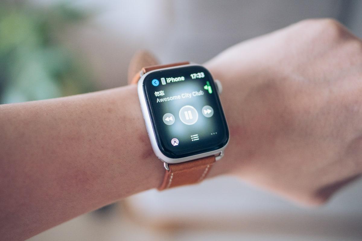 Apple Watchの音楽再生コントロール機能を使う様子