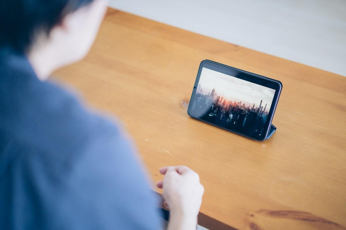 iPad mini 6で動画を視聴する様子