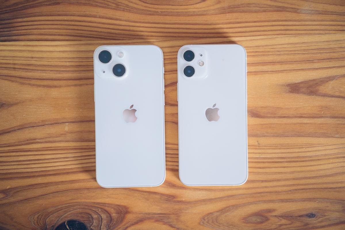 スターライトのiPhone13 miniとホワイトのiPhone12 miniを比較した写真
