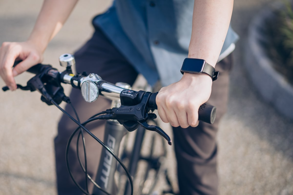 Huawei Watch Fitをつけて自転車を漕ぐ様子